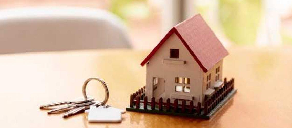 concept-maison-modele-jouet-cles-arriere-plan-flou_23-2148301718